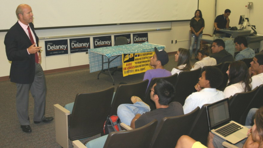 John Delaney talks to Latino students at Montgomery College.